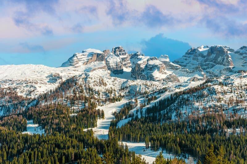 Paysage alpin de bel hiver Crêtes de neige et de montagne photographie stock
