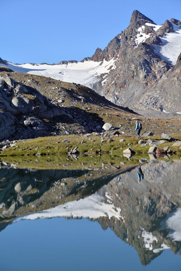 Paysage alpin italien et lac clair comme de l'eau de roche reflétant les crêtes photos libres de droits