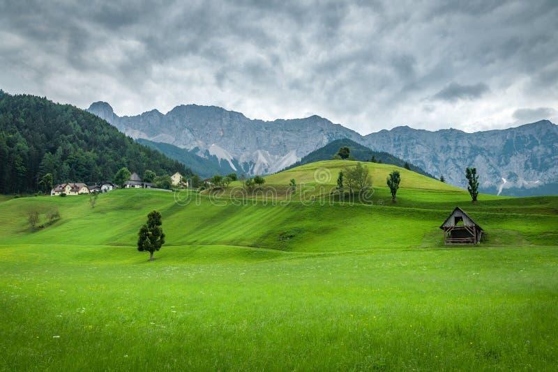 Paysage alpin par le temps orageux images stock