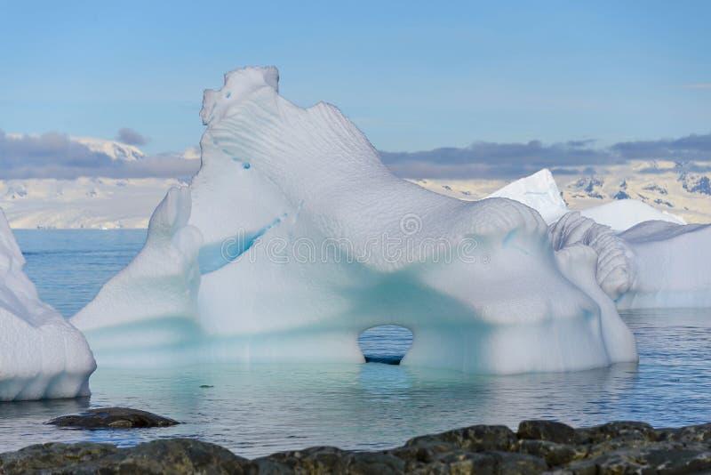 Paysage antarctique avec l'iceberg énorme en mer photo libre de droits