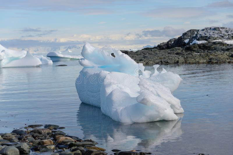 Paysage antarctique avec l'iceberg photo stock