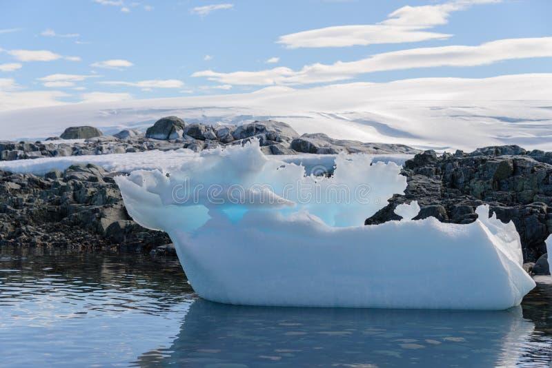 Paysage antarctique avec l'iceberg photographie stock