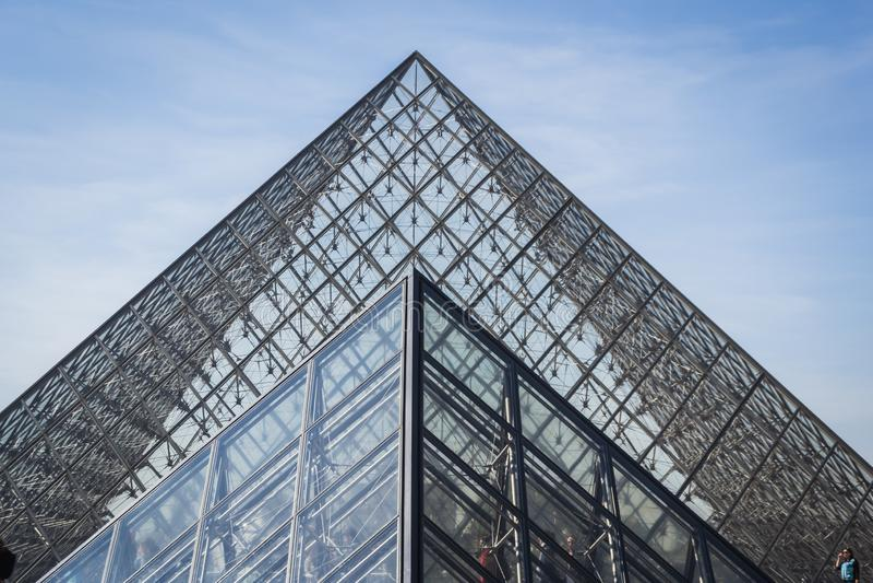 Paysage architectural des pyramides du mus?e de Louvre ? Paris sous un beau ciel bleu clair image libre de droits