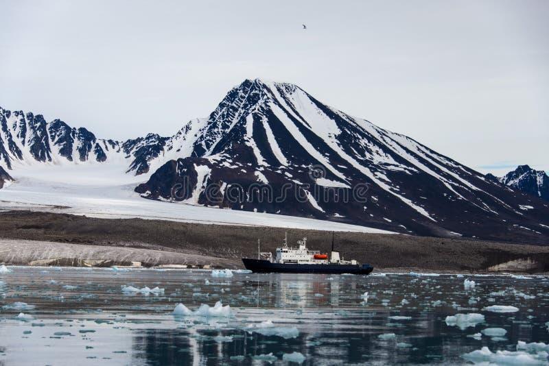 Paysage arctique dans le Svalbard avec le navire d'expédition photos stock