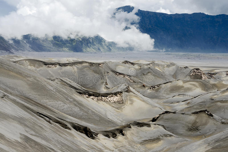 Paysage aride défini par éruption volcanique au Mt Bromo, parc national de Tengger Semeru, Indonésie photographie stock
