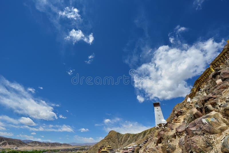 Paysage au Thibet avec le ciel bleu photo stock