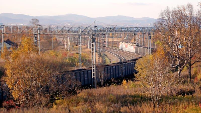 Paysage Automne en retard Chemin de fer Une locomotive tirant un train de fret images libres de droits