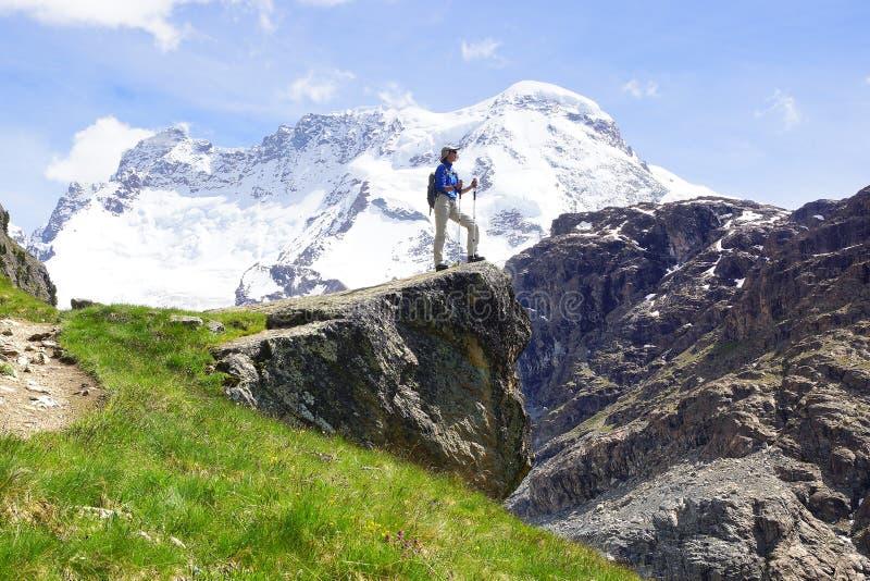 Paysage avec avec la femme avec le sac à dos , La Suisse images libres de droits