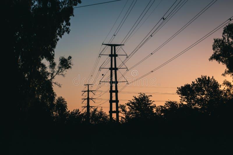 Paysage avec des câbles de tension élevée photographie stock
