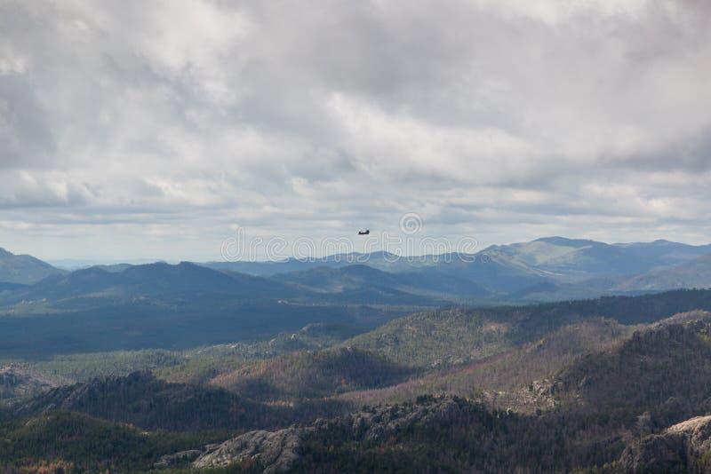 Paysage avec l'hélicoptère photographie stock libre de droits
