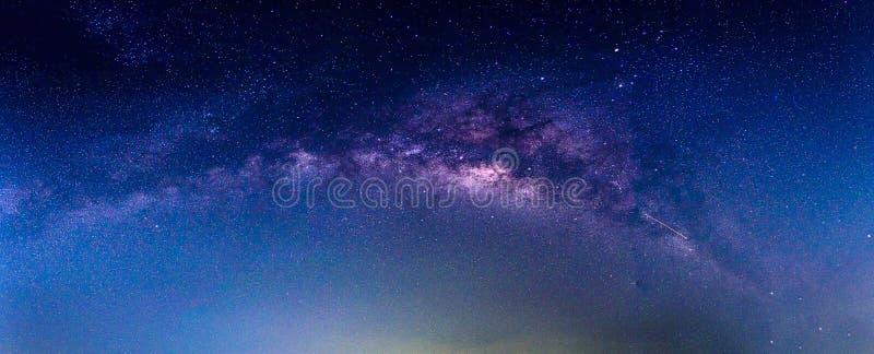 Paysage avec la galaxie de manière laiteuse photo stock