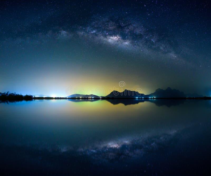 Paysage avec la galaxie de manière laiteuse Ciel nocturne avec des étoiles au-dessus de bâti photographie stock