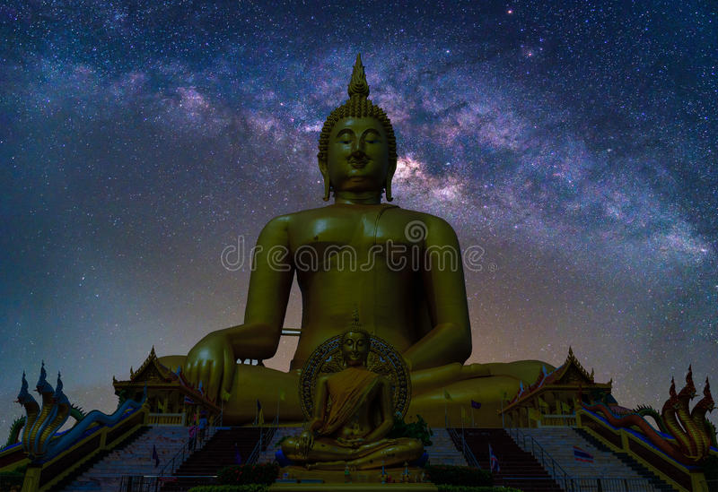 Paysage avec la galaxie de manière laiteuse Ciel nocturne avec des étoiles et le silhou photo libre de droits