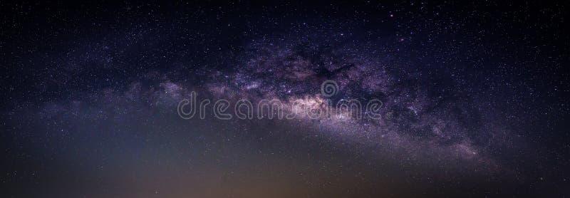 Paysage avec la galaxie de manière laiteuse Ciel nocturne avec des étoiles et le silhou photo stock