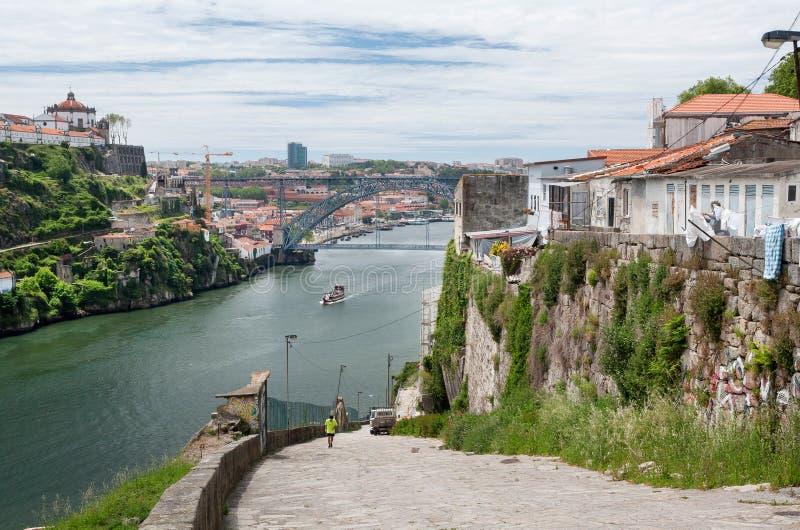 Paysage avec la navigation de bateau de rivière sur la rivière Douro et le pont célèbre en métal, Porto Points de repère portugai images libres de droits