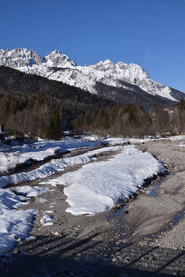 Paysage avec la neige en Forni di Sopra photo libre de droits