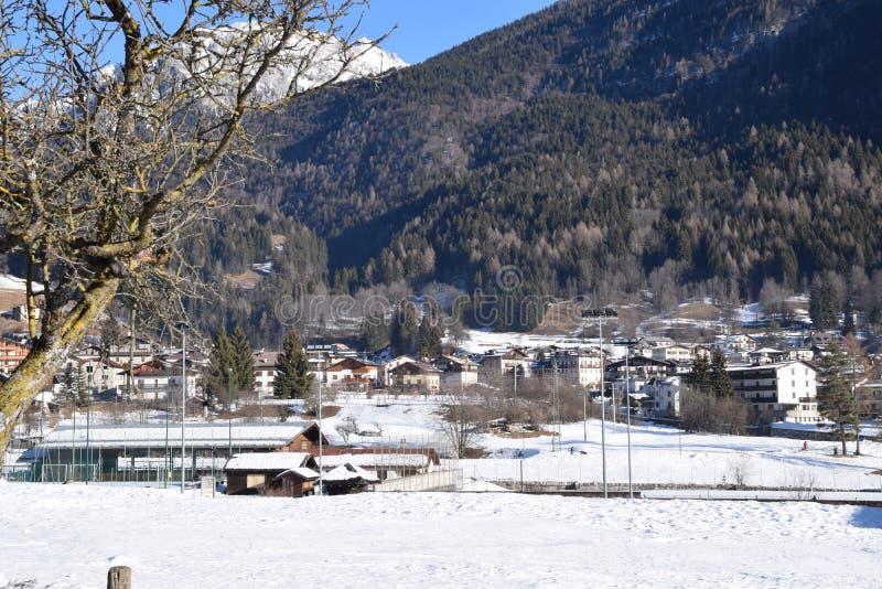 Paysage avec la neige en Forni di Sopra image libre de droits