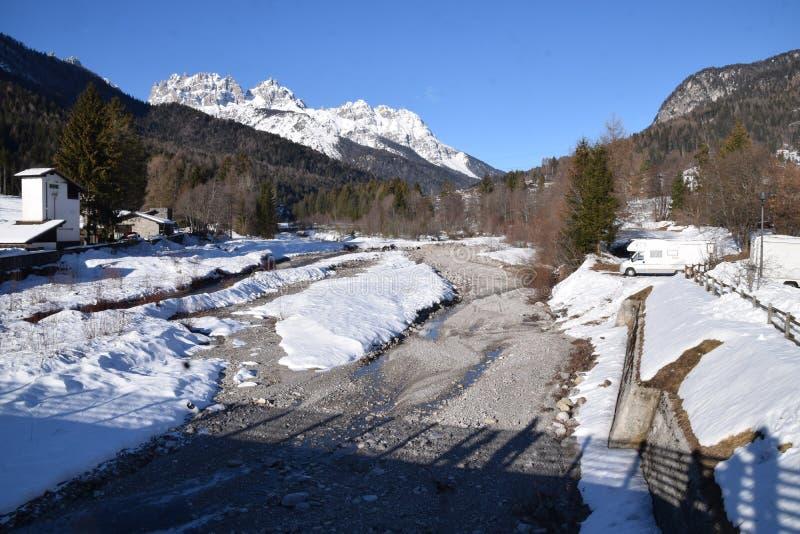 Paysage avec la neige en Forni di Sopra photo stock