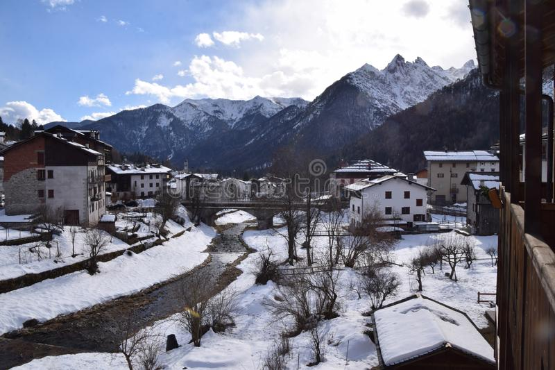 Paysage avec la neige en Forni di Sopra photographie stock