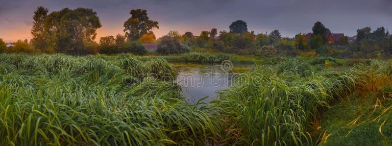 Paysage avec la rivière en automne tôt images libres de droits