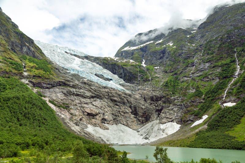 Paysage avec la rivi?re pr?s du glacier de Briksdalsbreen photo stock