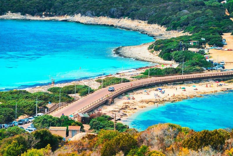 Paysage avec la route et la plage chez Santa Teresa Gallura photographie stock