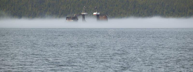 Paysage avec le brouillard et la plateforme pétrolière Vancouver canada photos stock