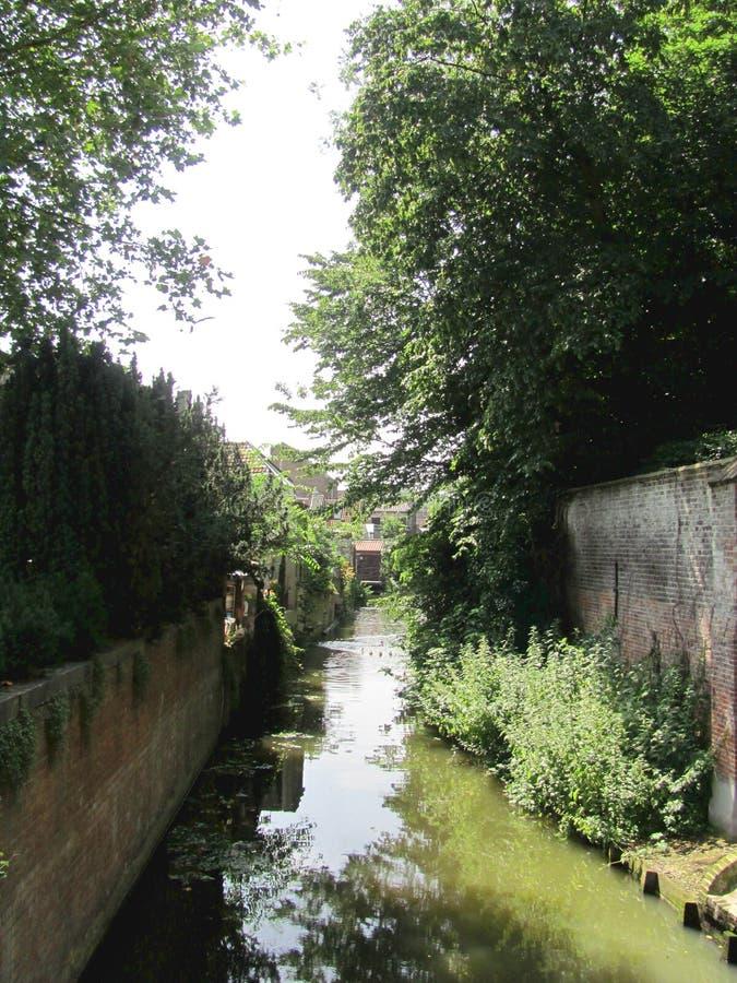 Paysage avec le canal de l'eau à Bruges, Belgique image libre de droits