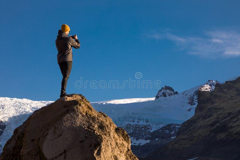 Paysage avec le grimpeur prenant Selfie au glacier de Svinafellsjofull en Islande photos stock