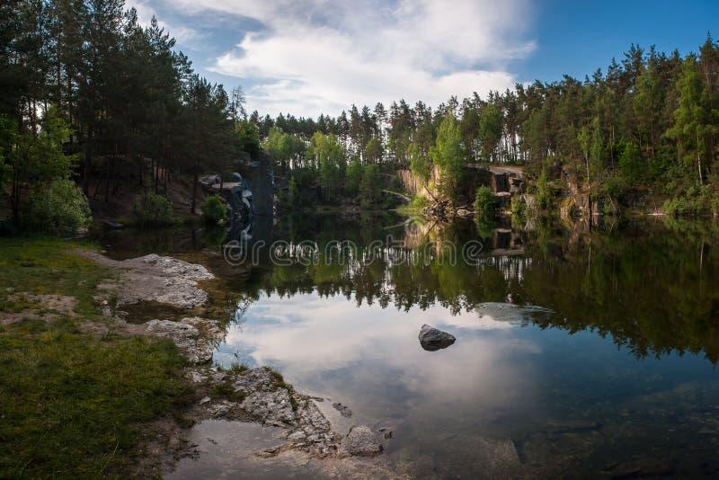 Paysage avec le lac dans la vieille carrière de granit image libre de droits