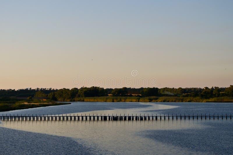 Paysage avec le lac et le pont image libre de droits