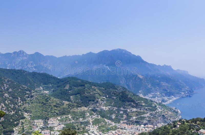 Paysage avec les montagnes et la mer tyrrhénienne dans le village de Ravello images libres de droits