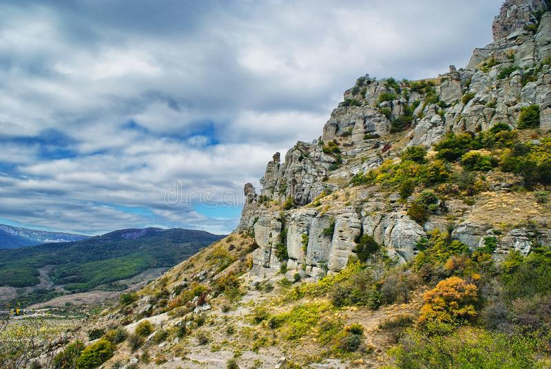 Paysage avec les roches scéniques à la pente de montagne photographie stock