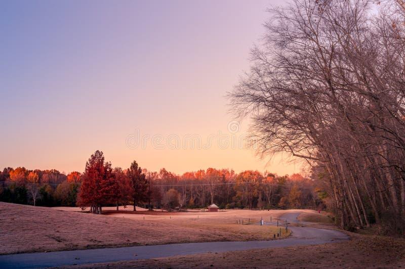 Paysage avec sentier à l'heure d'or du coucher du soleil photos stock