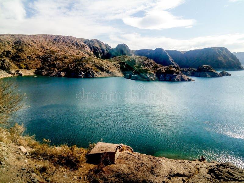 Paysage avec un lac, des montagnes et un ciel clair en Mendoza, Argentine images libres de droits