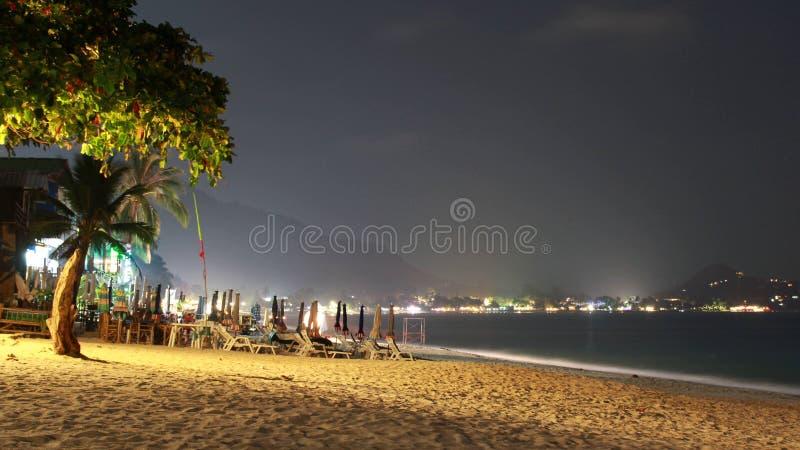 Paysage avec une plage de nuit en Thaïlande sur Koh Samui photos libres de droits