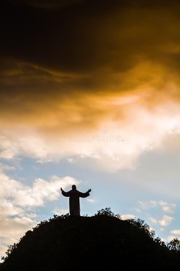 Paysage avec une statue au Pérou image stock