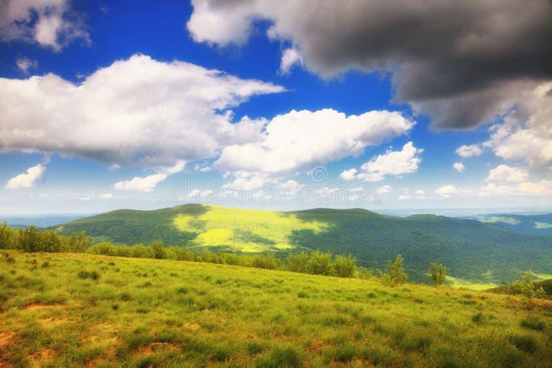 Paysage Bieszczady Pologne de collines de montagnes images stock
