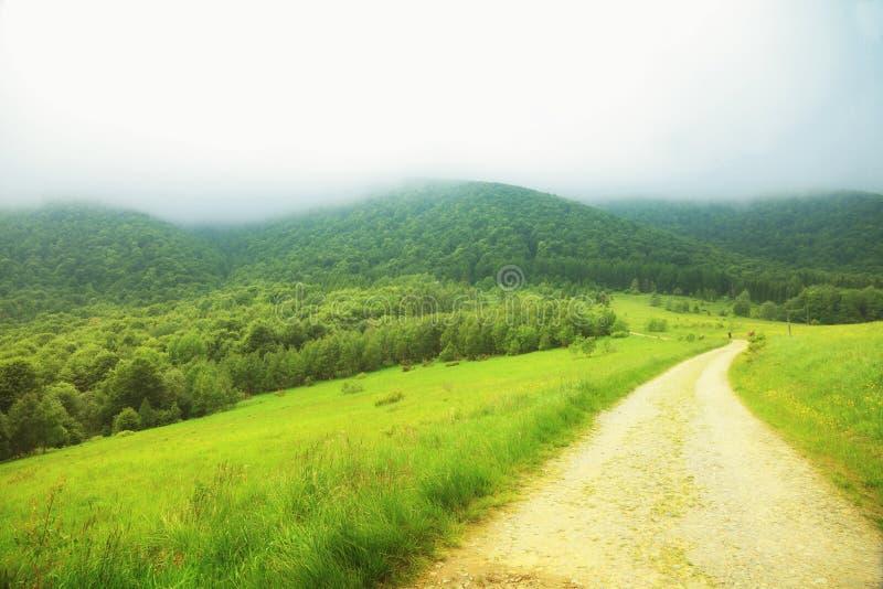 Paysage Bieszczady Pologne de collines de montagnes de chemin images stock