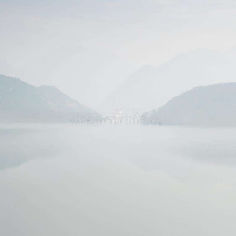 Paysage brumeux avec des silhouettes des montagnes dans le sud de la Chine photographie stock
