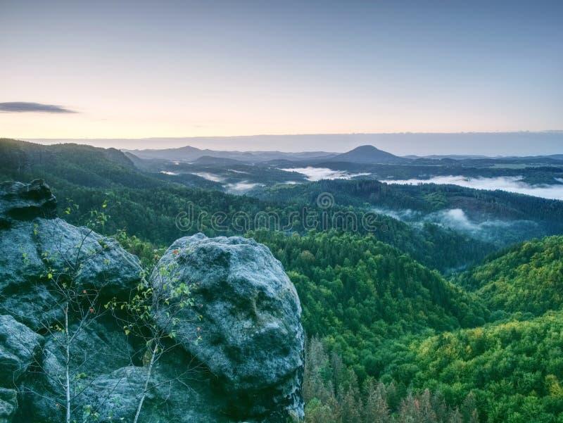 Paysage brumeux d'été Début de la matinée dans le beau paysage accidenté image libre de droits