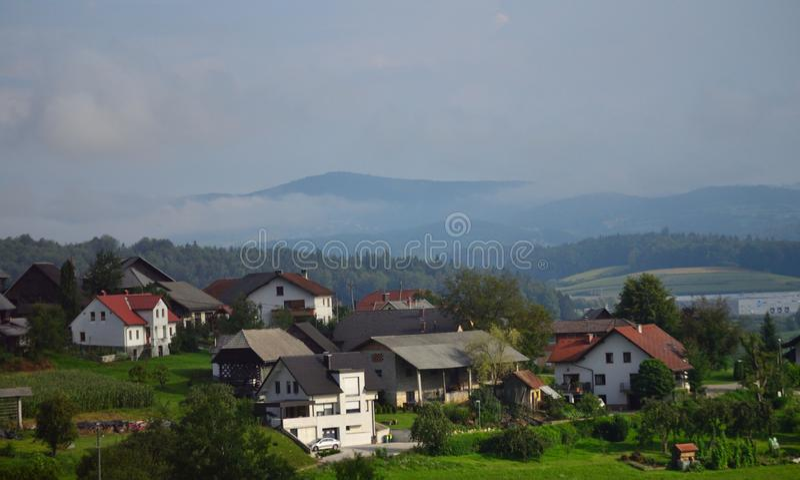 Paysage brumeux l'Europe de la Slovénie de montagne de village de Vas d'inja de ¡ de BelÅ images stock