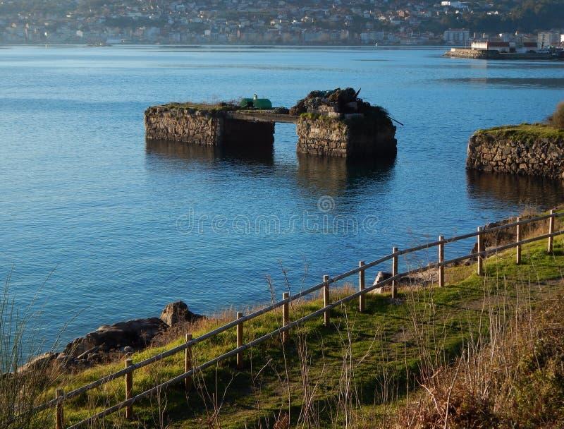 Paysage côtier avec le dock cassé La Galicie, Espagne, l'Europe image stock