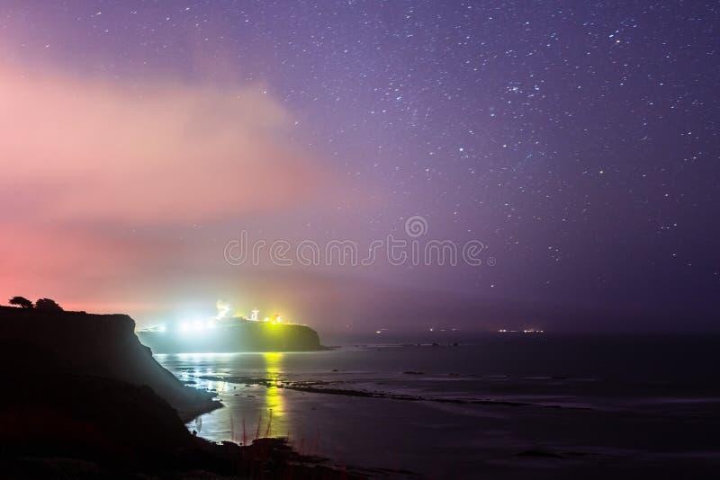 Paysage côtier de point de pilier une nuit étoilée photographie stock
