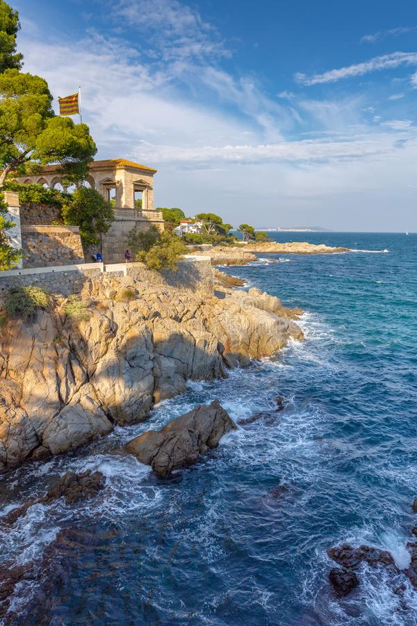Paysage côtier espagnol gentil près du village Sagaro image stock