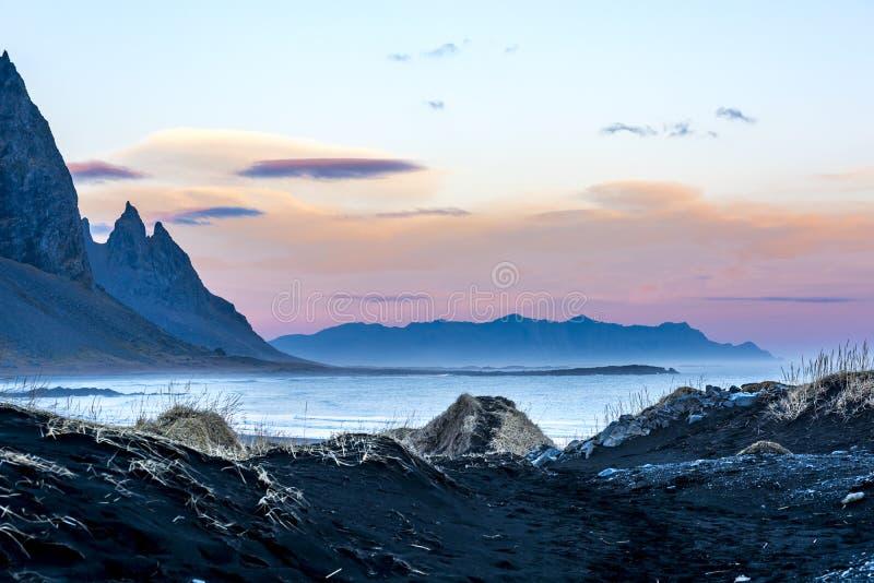Paysage côtier dramatique de montagne de l'Islande image libre de droits
