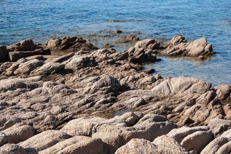 Paysage côtier sauvage occidental de la Corse avec des pierres images stock