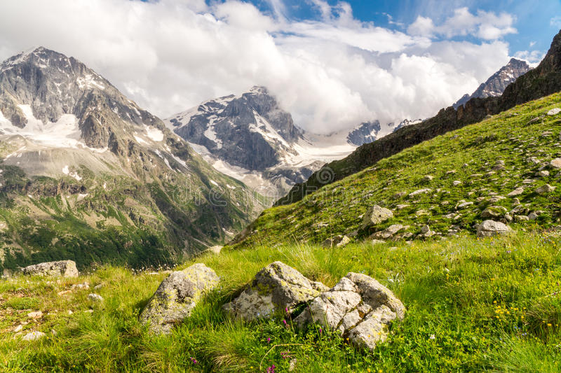 Paysage caucasien de montagnes photographie stock
