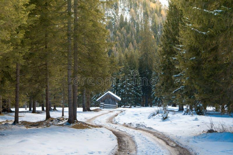 Paysage chaud d'hiver, route neigeuse et petite maison images stock