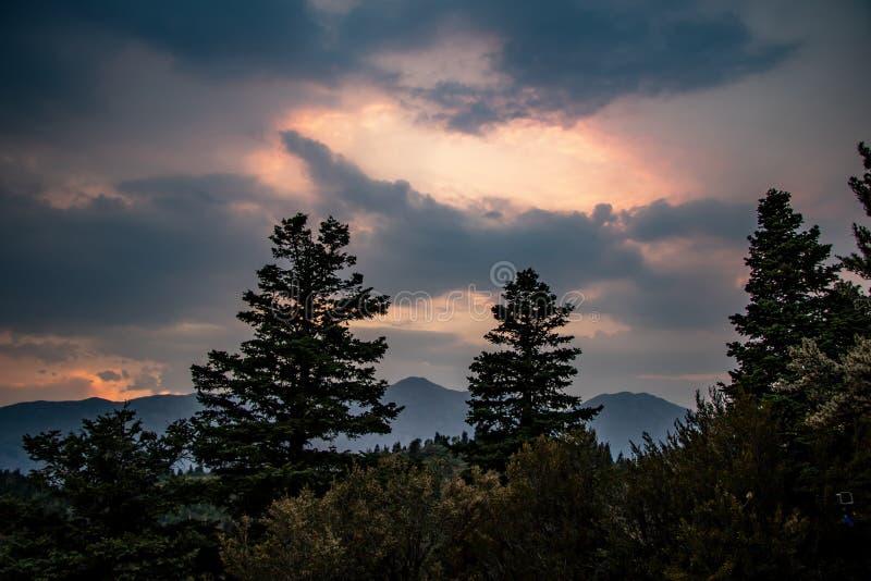 Paysage coloré au coucher du soleil dans les montagnes image stock